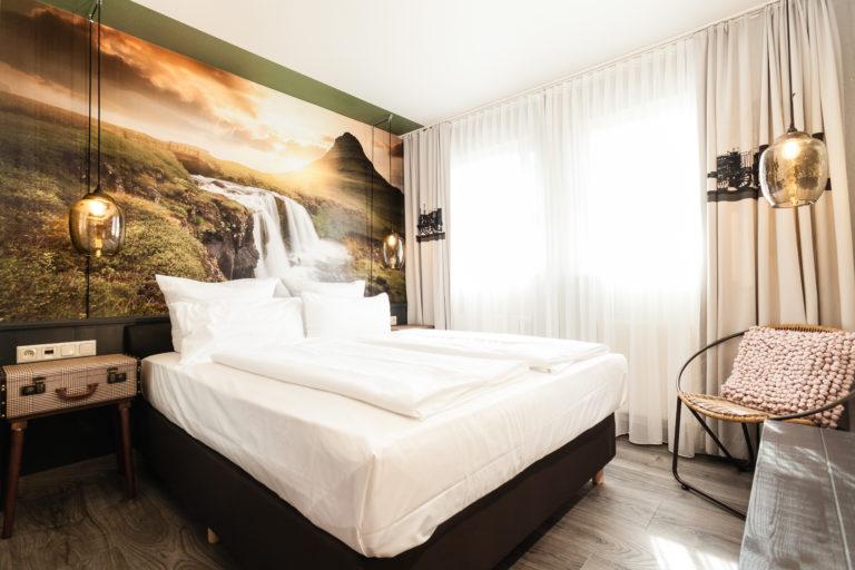 ruhiges Zimmer in modernem Design mit Doppelbett in der Nuernberger Altstadt