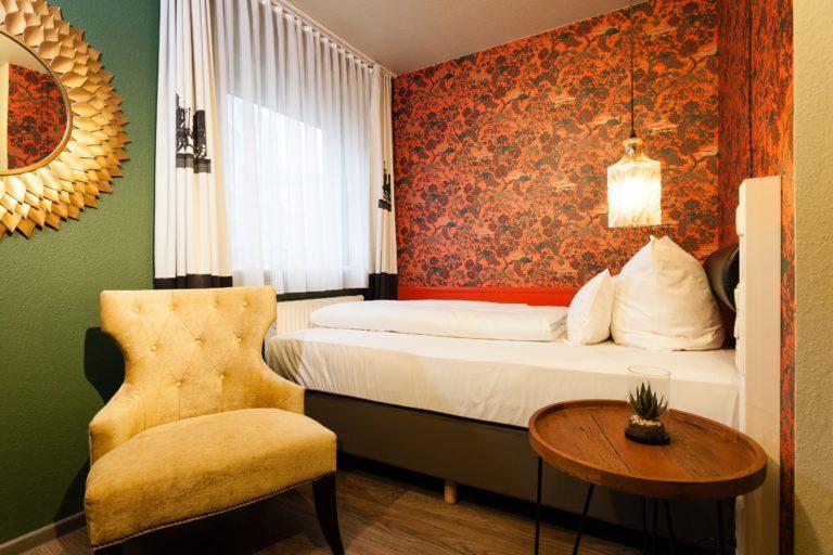 Schönes Hotelzimmer mit direkter Sicht vom Bett aus dem Fenster über die Altstadt Nuernberg