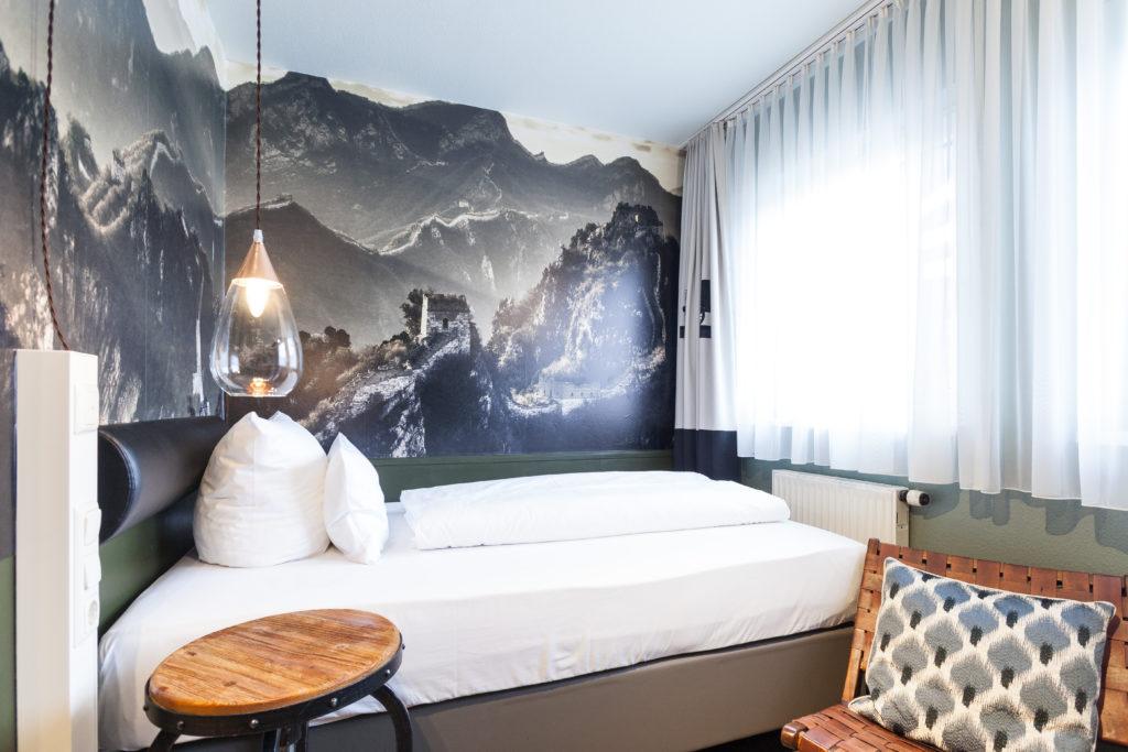 Doppelbettzimmer im Gebirgsstil mit Ausblick auf die Altstadt von Nürnberg