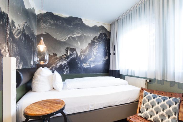 Doppelbettzimmer im Gebirgsstil mit Ausblick auf die Altstadt Nuernberg