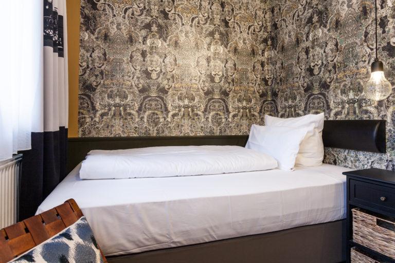 Ein Zimmer im Best Western Hotel mit Fenster direkt vor dem Bett und ausblick auf die Nuernberger Innenstadt