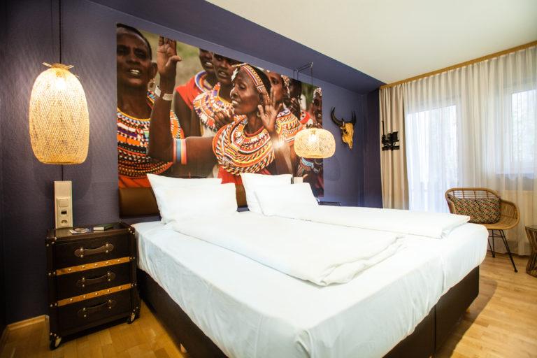 Doppelbettzimmer mit afrikanischen Design in der Innenstadt von Nuernberg