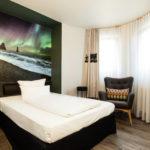 Einzelbettzimmer in schwarz weißem Innendesign im Best Western Hotel in Nürnberg