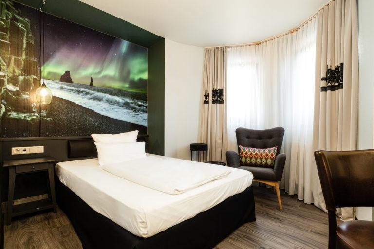 Einzelbettzimmer in schwarz weißem Innendesign im Best Western Hotel in Nuernberg